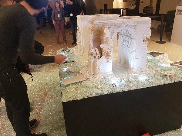 La maquette vandalisée, l'Arc de Triomphe est fermé