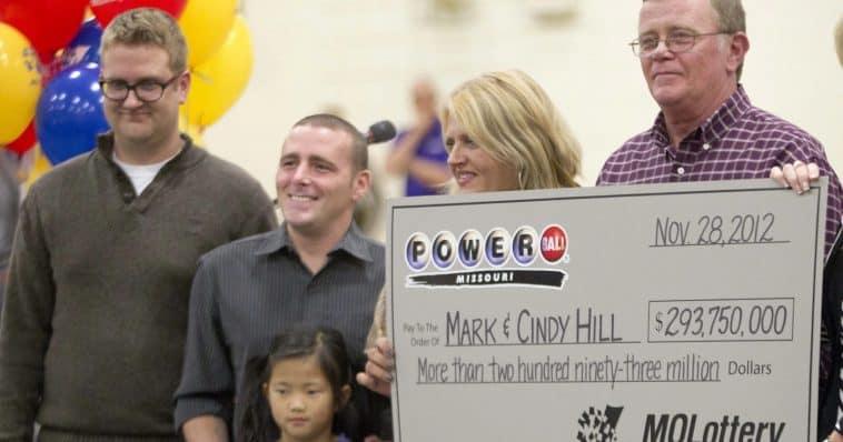 Une famille remporte un gros lot de près de 300 millions de dollars à la loterie, et prend une décision inattendue qui touche une ville entière
